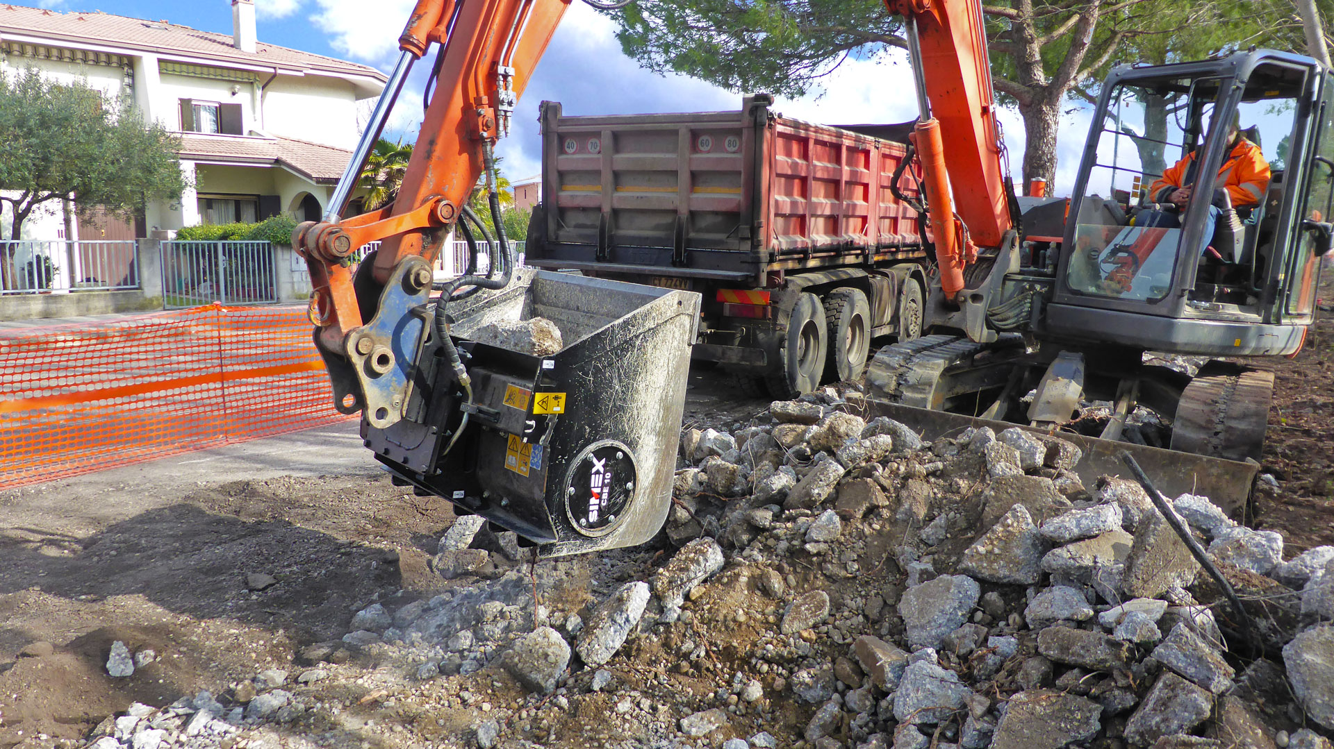 Simex crusher bucket: CBE 10 for volumetric reduction of aggregates